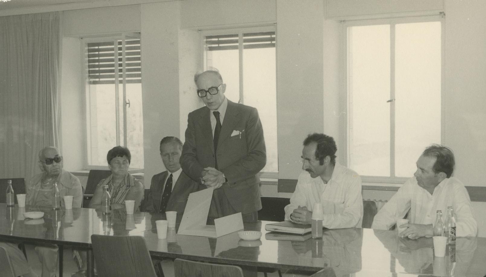 Jan aan de Stegge tijdens zijn bezoek aan Yad Vashem in 1977